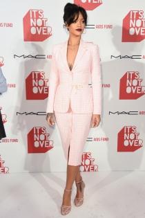El espectacular escote de Rihanna en la presentación de su perfume