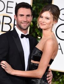 Adam Levine y su mujer Behati Prinsloo en los Globos de Oro 2015