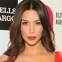 Kim Kardashian siempre destaca sus pómulos y sus labios en maquillaje