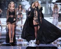 Taylor Swift y Karlie Kloss, durante el desfile de Victoria's Secret
