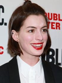 Anne Hathaway también pasó del pixie al long bob