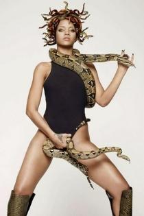 Rihanna, a tope con las serpientes