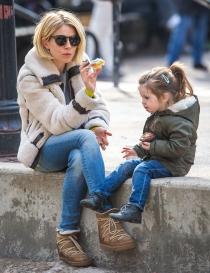 Sienna Miller, comiendo con su hija