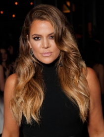 Khloé Kardashian lleva un corte de pelo rubio con mechas