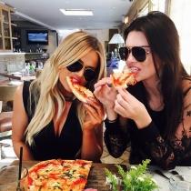 Famosas comiendo: Khloé Kardashian y Kendall Jenner, amantes de la pizza