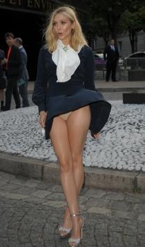 Descuidos de famosas: Elizabeth Olsen, bragas al aire