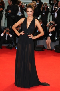 Festival de Venecia 2015: Alessandra Ambrosio, elegante de negro