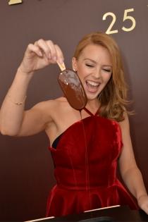 Famosas comiendo: Kylie Minogue, a tope con el chocolate