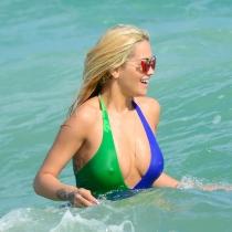 El descuido más salvaje de Rita Ora: sus pechos al descubierto