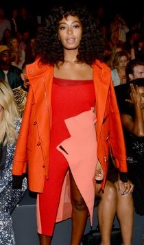 Abrigos sobre los hombros: la tendencia favorita de Solange Knowles
