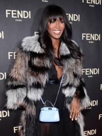 Naomi Campbell, encantada con su abrigo de pelo