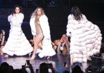 Jennifer Lopez apuesta por un abrigo de pelo en las Vegas