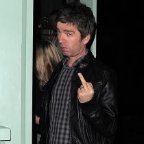 Famosos haciendo peinetas: Noel Gallagher, muy maleducado