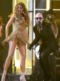 Momentazos Grammys 2016: Sofía Vergara y Pitbull, con el taxi