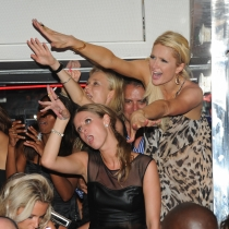 Paris Hilton, haciendo el avión en una fiesta