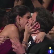 El besazo de Clara Lago y Dani Rovira en los Goya