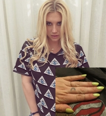 Tatuajes en los dedos: La luna de Kesha