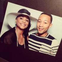 John Legend, junto a su madre en la baby shower de Chrissy Teigen