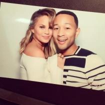 Chrissy Teigen y John Legend, felices y enamorados en su baby shower