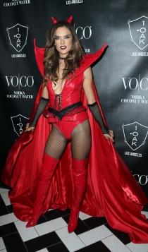 Alessandra Ambrosio, disfrazada de diabla