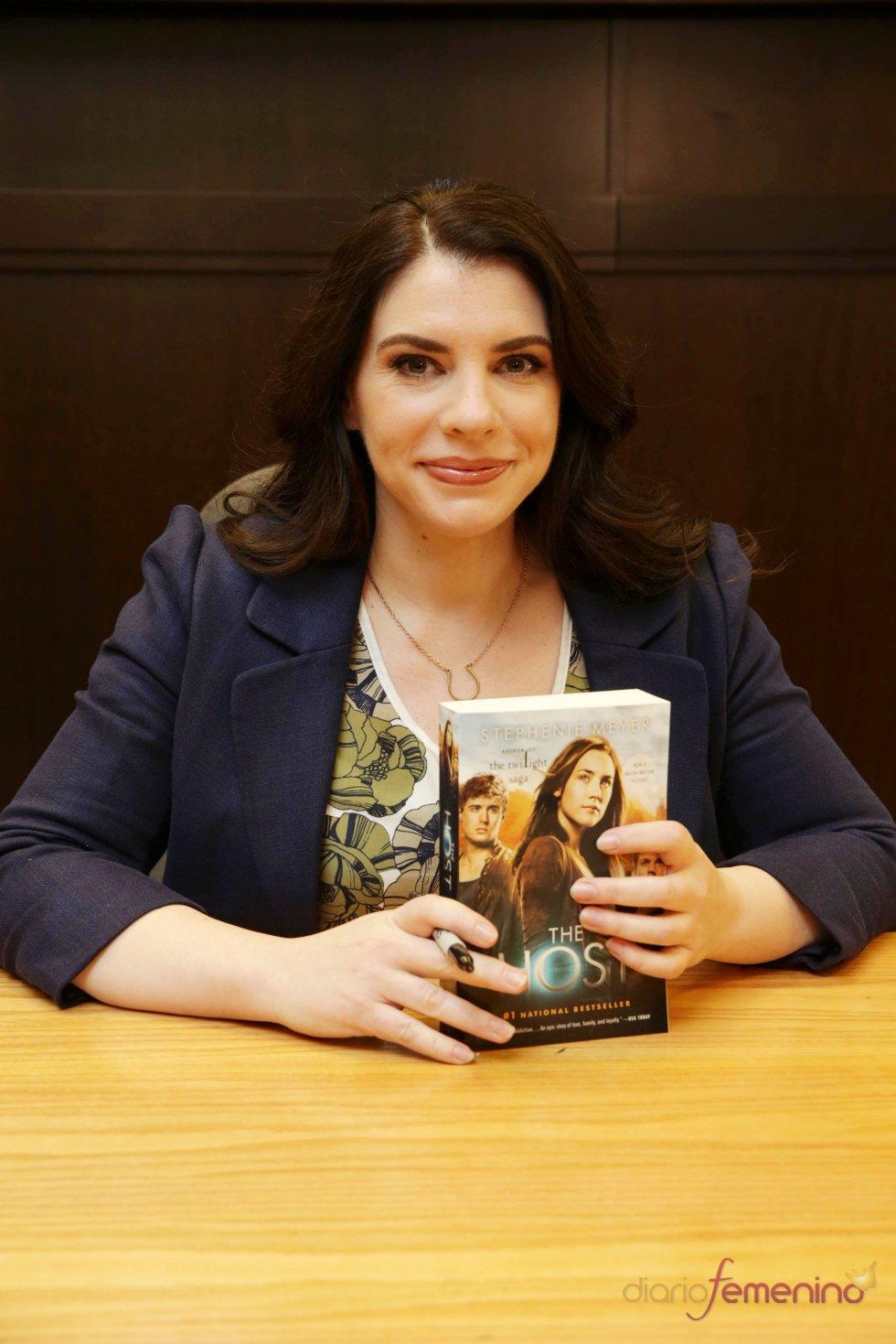 Stephenie Meyer con su nuevo libro 'The Host'