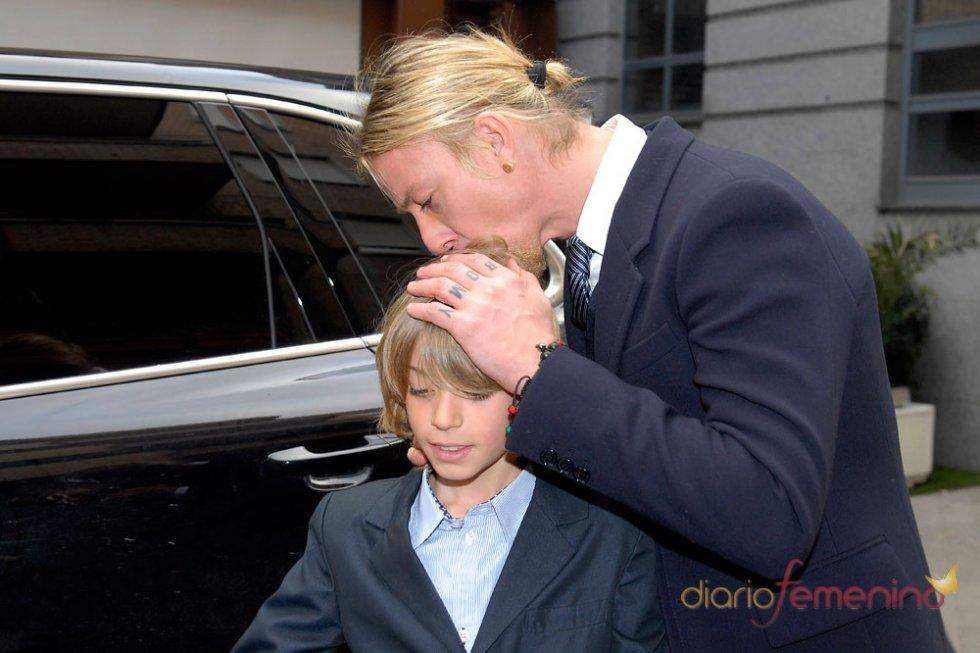 Guti y su hijo Aitor de traje