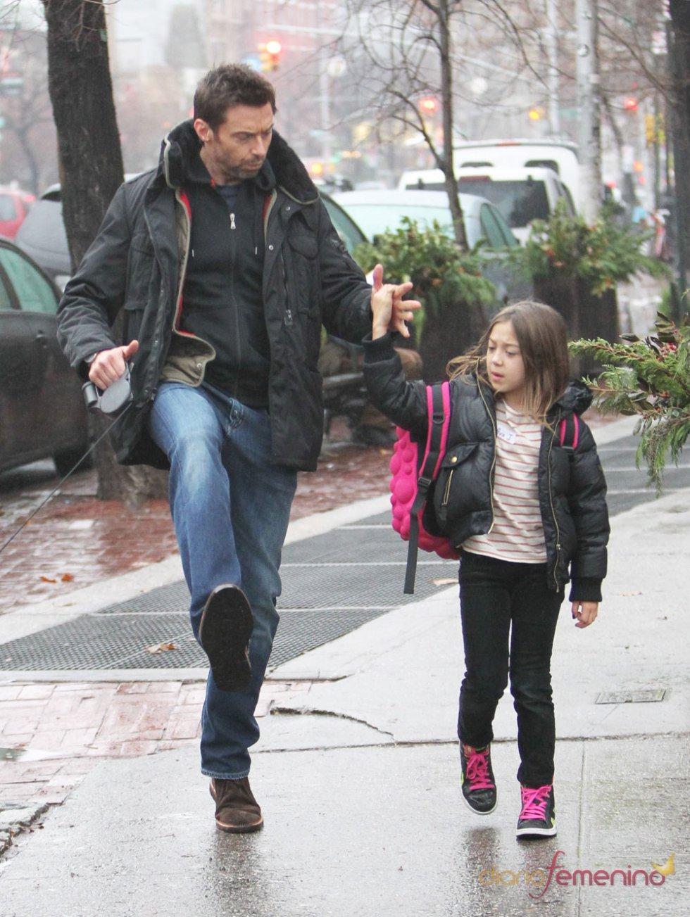 Hugh Jackman con su hija por la calle