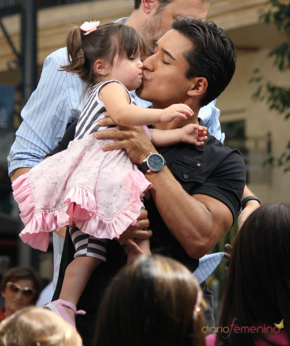 Mario Lopez da un beso a su hija