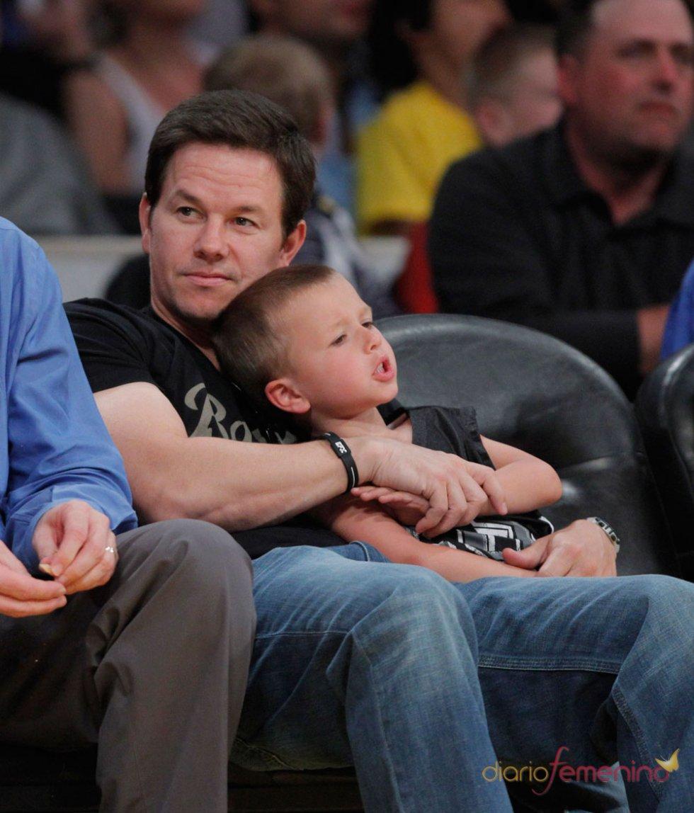 Mark Wahlberg abraza a su hijo