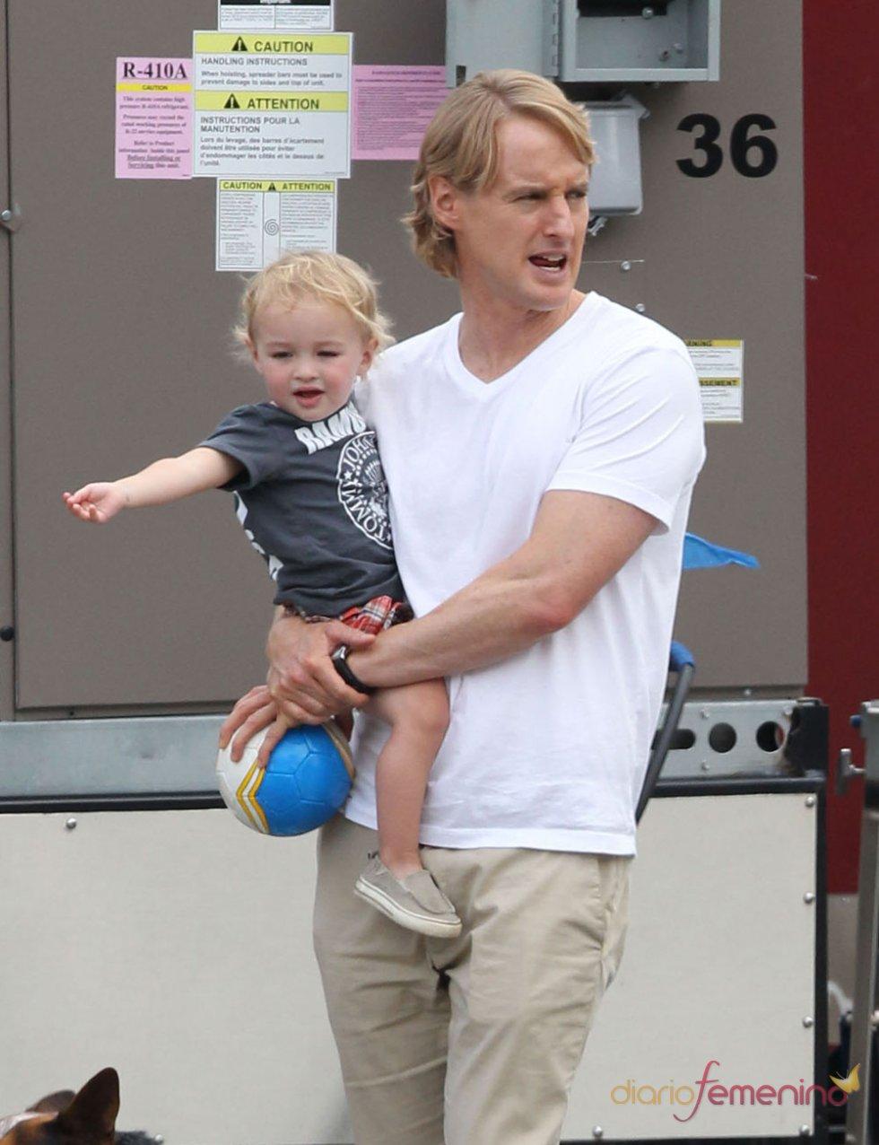 Owen Wilson pasea con su hijo Robert