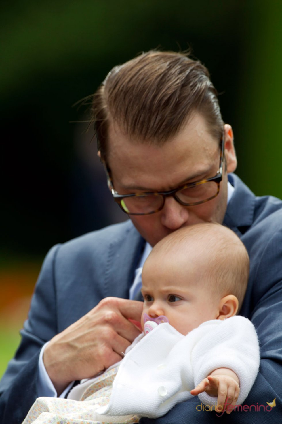 El príncipe Daniel de Suecia con su hija Estelle