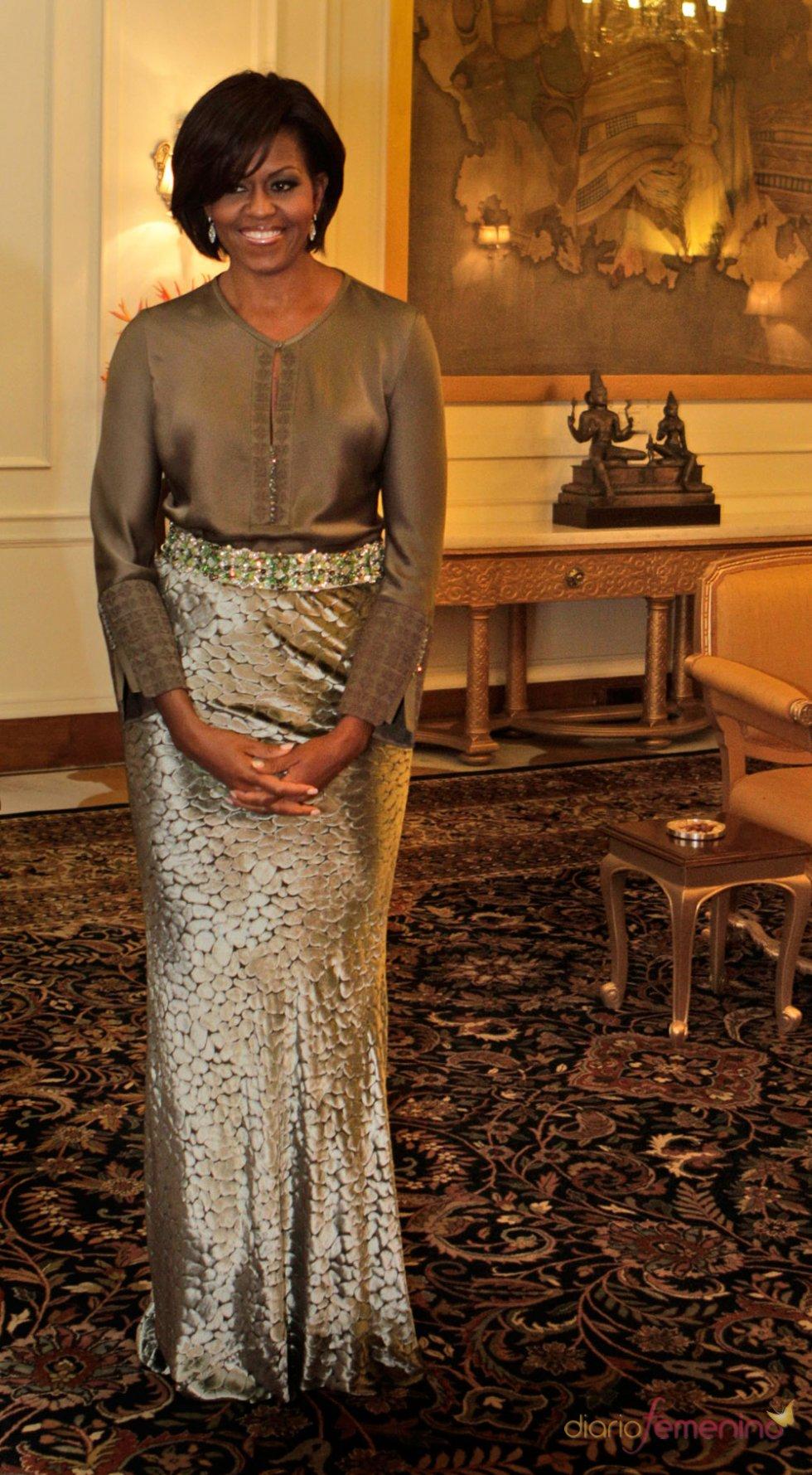 Michelle Obama, look étnico en marrón y dorado