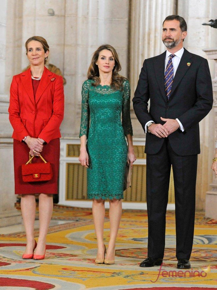 Letizia Ortiz junto al Príncipe Felipe y la Infanta Elena en la recepción de los miembros del COI