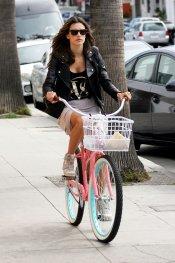Alessandra Ambrosio en bicicleta durante una sesión de fotos.