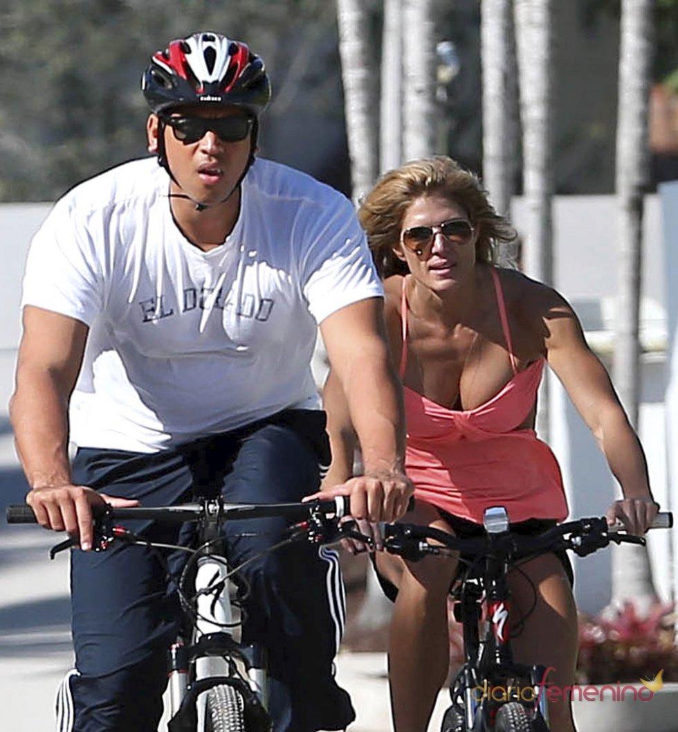 Torrie Wilson y su novio Alex Rodriguez en bici por Miami
