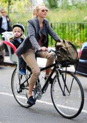 Naomi Watts y su hijo Samuel Schreiber en bici por Nueva York