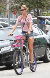 La modelo Doutzen Kroes en bici por Miami