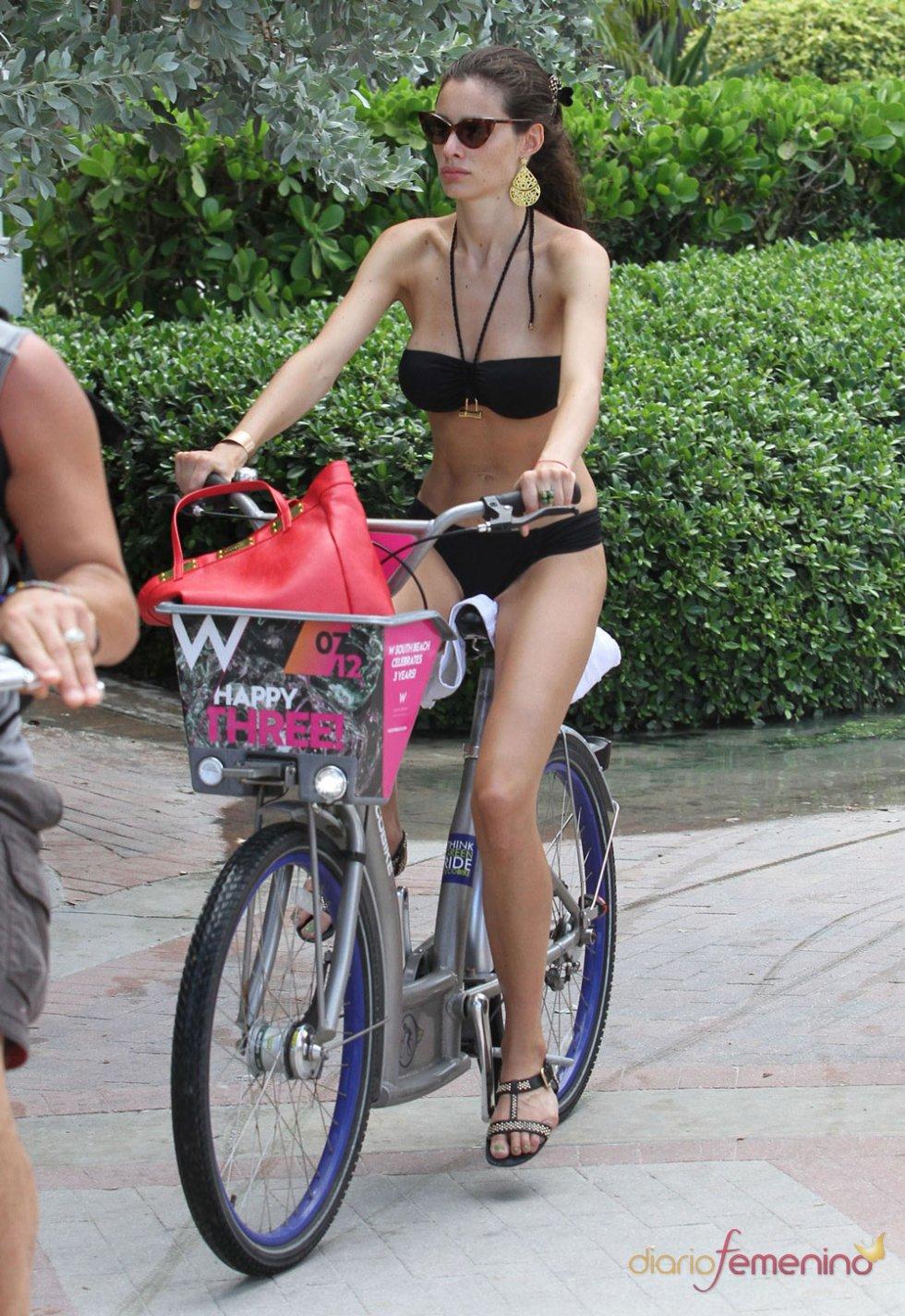 Marica Pellegrinelli en bici durante sus vacaciones de 2012 en Miami
