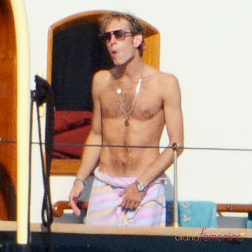 Andrea Casiraghi,  al desnudo en alta mar