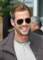 William Levy con gafas de sol