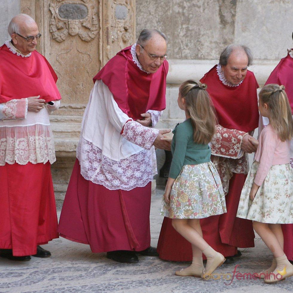Las Infantas Leonor y Sofía, en la Pascua de la Semana Santa 2013