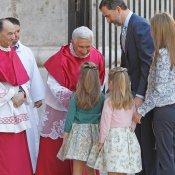 La Infanta Leonor junto a sus padres, en la Pascua de la Semana Santa 2013