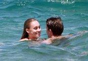 Patrick Schwarzenegger juega en la playa con su novia, Taylor Burns