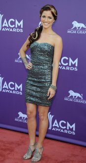 Cassadee Pope en la alfombra roja de los Country Music Awards 2013