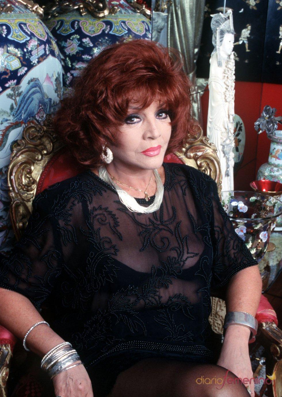 El posado de Sara Montiel con motivo de la Navidad 1997
