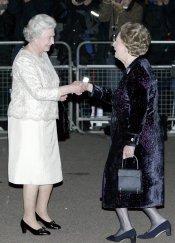 Margaret Thatcher hace una reverencia a la Reina Isabel II