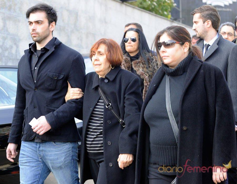 Thais y Zeus, los hijos de Sara Montiel en su funeral