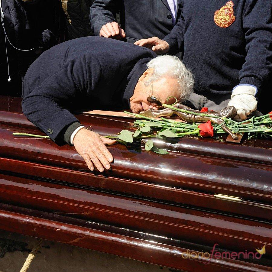 Giancarlo Viola se derrumba en el entierro de Sara Montiel
