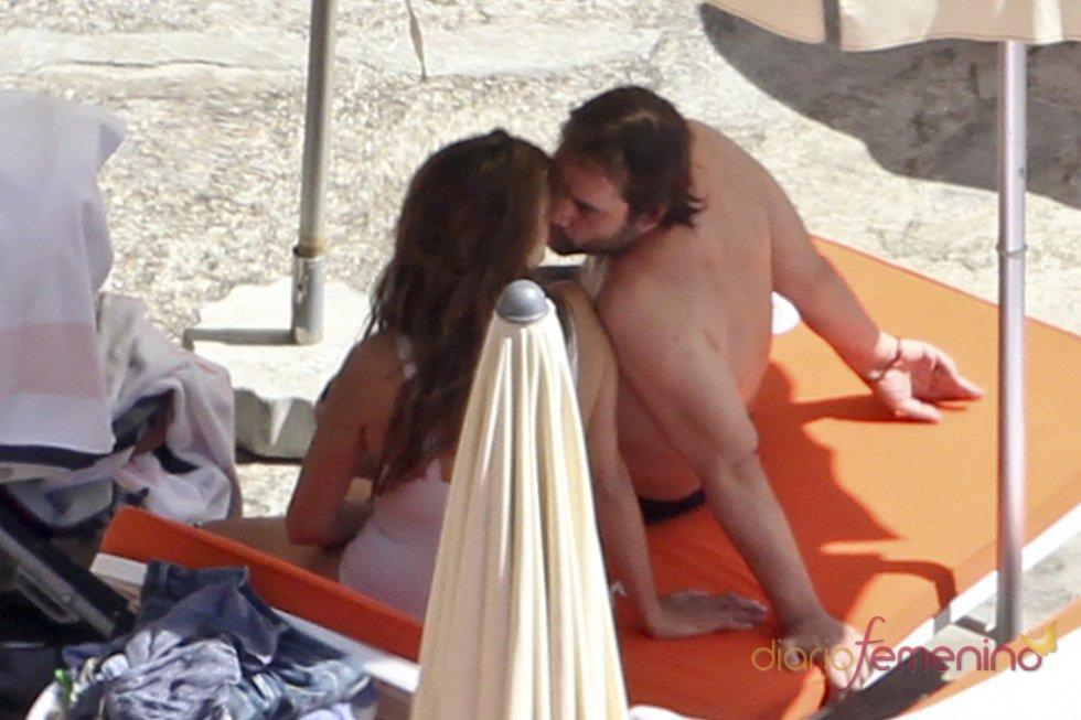 Beso en la playa entre Javier Bardem y Penélope Cruz