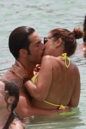 Paula Echevarría besa apasionadamente a David Bustamante